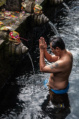 Tirta Empul (johan masia) Tags: indonesia indonsie indonesie bali colore color couleur colour d90 apsc aps 1770 travel voyage viaggio viaje ngc journey trip temple tempio homme uomo man pray prire empul tirta tirtaempul water aqua ubud eau