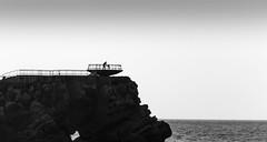 Mr. Sky ::: 20160810 (Oiluj Samall Zeid) Tags: salinas asturias espaa padre hija contraluz blancoynegro monocromo mar roca father daughter backlit blackandwhite monochrome sea rock pre fillede contrejour noiretblanc mer rocher spain espagne