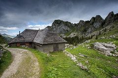 Refuge (Philippe Saire || Photography) Tags: canon eos 5d mark iii ef 1740mm f4l usm nature paysage landscape coldejaman naye refuge maison house suisse switzerland swiss schweiz montagne mountain alpes alps prairie champs field meadow campagne herbe grass terre ground sol terrain land falaise cliff colline hill randonne hiking altitude elevation wideangle cokin p121s gnd8 ciel sky nuages clouds summit sommet peak photo photography fullframe ff pleinformat philippesaire