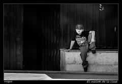 El malote de la clase (meggiecaminos) Tags: per peru ica streetphotography street strada calle urbanlandscape fotografaurbana crio nio bambino boy bw bn bianco blanco black negro nero white puerta door porta