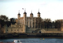 Tower of London (sftrajan) Tags: inglaterra england london thames river britain historic unescoworldheritagesite unesco worldheritagesite londres bandera angleterre 1995 unionflag fortress riverthames londra toweroflondon towerhill inghilterra