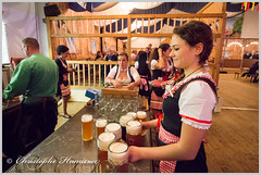 Vanessa, sourire compris (Christophe Hamieau) Tags: continentsetpays europe fr fra france oktoberfest paris pariseventcenter beer bière brasserie brewery chope femme fille folklore girl mug serveuse waitress women îledefrance