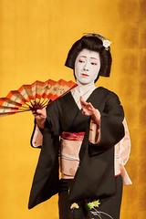 Maiko et Geiko (5) (romain_castellani) Tags: d750 japon japan kyto kyoto portrait spectacle geisha maiko geiko people art face visage tradition danse dance musique music femme woman ventail or gold maquillage makeup kimono personnes intrieur tamron70300mmf456 handfan handheldfan c1 nikon