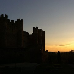 Esto es lo que estoy viendo... (AsturIphone) Tags: sunset castle history atardecer le oldbuilding sinfiltros uploaded:by=flickstagram instagram:photo=2470999517337671068026757 instagram:venue_name=castillovalenciadedonjuan instagram:venue=6006347 nifiltets