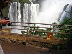 Cataratas de Iguazu desde Argentina. La pasarela que lleva debajo del salto 'Bossetti' (escandio) Tags: argentina waterfall iguazu catarata 2007 iguazú arg2 transamericana