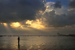 The End of the World (Aliraza Khatri) Tags: end worl world endoftheday new beginning art sunset feelings move moveon motivation nature colors therapy naturetherapy rays raysofhope clouds dramatic tranquility sea view karachi sindh pakistan aliraza k aliraz khatri alirazakhatri