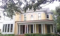(sftrajan) Tags: stcharlesavenue neworleans architecture house uptown colonialrevival frontporch audubonpark 6330stcharlesavenue porch