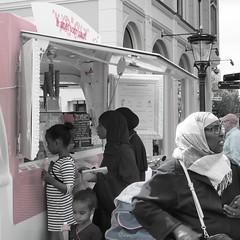 IJs! (Gerrit Veldman) Tags: utrecht icecream ijs ijsco ijsverkoper ice seller ijcokar maartensbrug roze pink hoofddoekjes vrouwen women mensen people street straat straatfotografie streetphotography