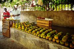 Zanzibar ... l'isola che c' ... (Augusta Onida) Tags: tanzania zanzibar africa stonetown frutta fruit unesco heritage patrimonio venditore mercato market