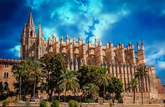 Kathedrale von Palma de Mallorca (roland_lehnhardt) Tags: d80 kreuzfahrt nikon palma de mallorca balearen spanien spain kathedrale gotisch architektur plaza almoina joan rubio catedral wolken clouds bauwerk