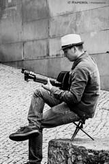Músico callejero en Lisboa (raperol) Tags: música músico guitarra blancoynegro bn retrato lisboa lisbon