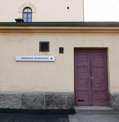 Verikeskuksen viininpunaiset ovet (neppanen) Tags: sampen discounterintelligence helsinki helsinginkilometritehdas suomi finland piv73 reitti73 pivno73 reittino73 kirurgi kirurginensairaala verikeskus