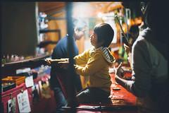 Shooting game (Kawagoe Matsuri Festival) (xperiane (Extremely busy)) Tags: pentaxlx samyang85mmf14 kodak ultramax400 japan 夜店 テキ屋 川越まつり 川越 film フィルム こども