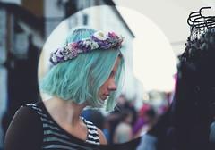 ****** (Coral ML) Tags: contrastes colores blue catalejo retrato flores flowers retro gente girl especial diferente corona coronadeflores retroportrait vintage woman peloazul calle mira