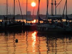 als es noch warm war: Sonnenuntergang an einem sommerlichen Septembertag (evioletta) Tags: frde wasser sonnenuntergang september hafen sunset water