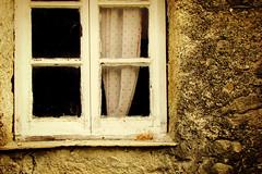 La mia terra non  solo mare ... (Augusta Onida) Tags: lorsica liguria italia italy finestra window vecchio old tendina curtain muro wall valfontanabuona