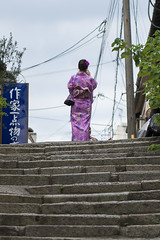 Up to the Sky (Igor Voller) Tags: japan kyoto woman girl lady yukata japanese stone stairs street wire sign green leaves plant sky cloud back backshot frau frulein grn stein steps