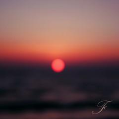 ...al centro... (Farfal's (Offissima)) Tags: punto tramonto centro canoneos20d cielo sole astratto rosso vita immaginare mondo orizzonte sfocato volare altrove negramaro oltre andare vagare farfals tièmaisuccesso