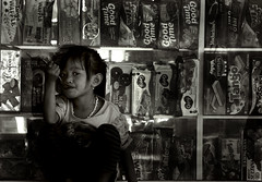 biscuits (visionhunter) Tags: portrait people bw bali girl beautiful face canon indonesia eos asia gesicht southeastasia child faces kind sw biscuits monochrom mdchen indonesien kekse balinese tamron70300 gesichter schwarzweis 40d flickraward artisawoman flickraward5 visionhunter