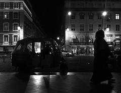 Lisbon (Carlos Antequera Folgado) Tags: unknowed people man woman avenida calle pisos flats night noche luz luces lights pickup taxi street photo pic blancoynegro backandwhite 6s iphone portugal europa lisbon lisboa