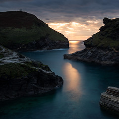Boscastle Sunset (~g@ry~ (clevedon-clarks)) Tags: cornwall boscastle sunset coast coastal uk sunlight reflections rocks cove breakwater seascape landscape sea longexposure 6stopnd 10stopnd