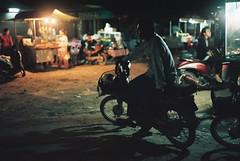 Chita's (Gonzalo Campos Garrido) Tags: cambodia camboye camboya travel viaje 35mm film vida vderano pse ong phnom penh moto shadow man road night noche sombras contraluz fujifilm superia iso200 superia200