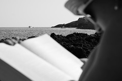 Un libro e il mare (Pierpaolo.) Tags: santamariadileuca scalo puglia italia italy europa europe sud south meridione estate summer holiday vacanza biancoenero blackandwhite bw puntaristola sea acqua water caldo hot warm luglio july 2016 favoloso faboulous girl ragazza nice cute reading lettura book cultura culture sera evening sole sun luce light afternoon pomeriggio rocce rocks scogli spiaggia beach hat cappello sunglasses occhialidasole barche boats relax fantastico fantastic wonderful cielo sky bello beautiful donna woman sonya6000 sony50mmf18