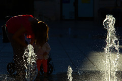 Wasserspiel 05 (tombloo) Tags: wasser gegenlicht mutter kind mother water rimlight fountain lowkey child