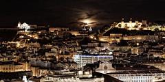 Lisboa - at Night (Walter Horstmann-Cholibois) Tags: lisboa lisbon lissabon portugal night shot low light nikond800 d800 moonrise mond moon rice mondaufgang bei nacht castelo de so jorge