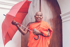 Welcome! (c-u-b) Tags: srilanka kandy degaldoruwa tempel temple mnch monk portrait portrt smile smiling lcheln freundlich friendly rain regen reisefotografie travelphotography buddhismus buddhism