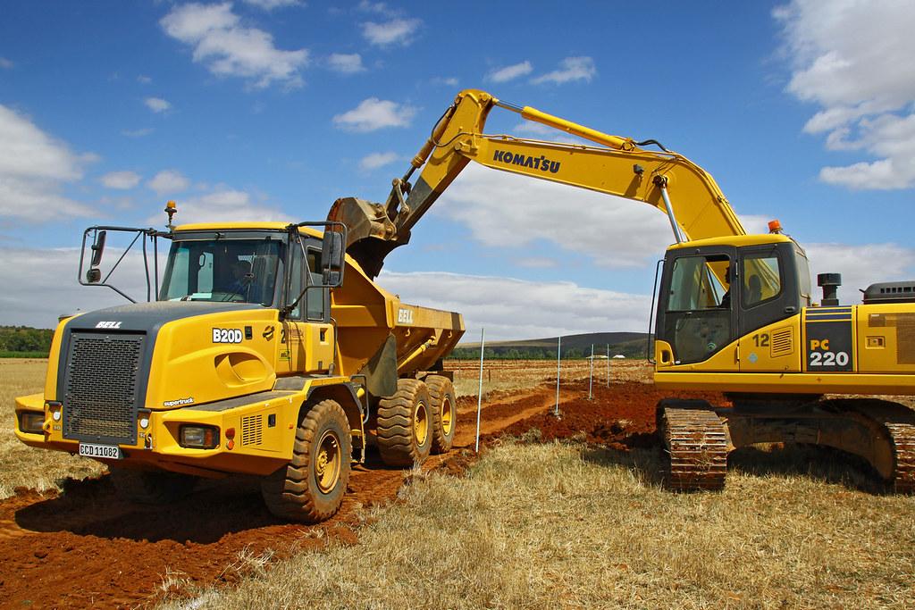 Bell B20D and Komatsu PC220 (Deon Beeselaar) Tags: construction bell dumptruck komatsu excavator
