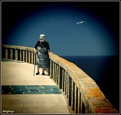 El Paseo y la Gaviota / The walk and the seagull. 84-365. (Sigenza) Tags: blue sea woman seagulls color colour art water birds animals azul composition lights luces mar interesting agua nikon arte gull perspective aves diagonal pjaros amarillo contraste animales perspectiva setting creatives mujeres vignette gaviotas interesante acantilado dorado valla acera marinas barandilla composicin encuadre creativas nikond60 vieteado desigenza catchingpeople photographinpeople