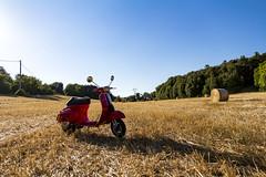 Vpas (cobram88) Tags: vespa piaggio sangimignano toscana tuscany grano gluten italy italia campagna allaperto open space grandangolo canon 700 d canon1585 1585 is ii red