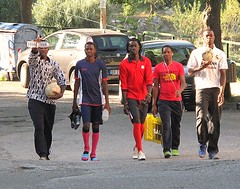 Di ritorno dalla partita. (sangiopanza2000) Tags: persone people cinque palloni sangiopanza walking