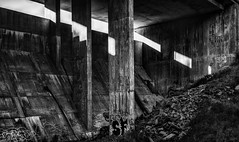Bton et graffiti (tad888) Tags: viaduc bridge barrage damm bton concrete graffiti blackandwhite noiretblanc