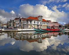 The pretty maritime setting of Aveiro (Bn) Tags: portugal aveiro moliceiros boat gondel traditionally charm magic hidden gem reflections water canals maritime colour fishermen paintwork azulejo fishing veice lagoon urban festival seaweed tourist holiday vacation pink yellow colors blue round city hopping ornate images man woman clouds weather after rain 50faves topf50 100faves topf100 gondelas