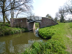 Cast iron split bridge over the Stratford-upon-Avon Canal (John Steedman) Tags: uk greatbritain bridge england unitedkingdom castiron henley warwickshire grossbritannien henleyinarden  grandebretagne warks   stratforduponavoncanal   splitbridge   castironsplitbridge