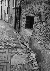 SIDE STREET3 (Davesuvz) Tags: old england bw black english stone blackwhite alley cottage backstreet cobble alleyway cobbles
