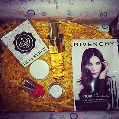 Another #glossybox thanks @khoran123 #woo #present #thanks #sister #gifts #girl #me #makeup #beauty #products #igers #instabeauty #cosmetics #picoftheday #photo #iphone #iphonedaily #nails #nailart #nailsinc  Glossy Box tests et avis sur la box (passionthe) Tags: test paris les french la commerce box femme glossy beaut gift instant sa bonne discovery plaisir hommes femmes avis cadeau coffret choisir toutes glossybox cosmetique echantillons