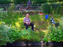 Angeln an der Spree (ingrid eulenfan) Tags: berlin spree flus stadt hauptstadt angel angeln angler fischen erholung relaxen mann men ufer