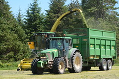 John Deere 7500 SPFH filling a Thorpe Trailer drawn by a John Deere 6920S Tractor (Shane Casey CK25) Tags: john deere 7500 spfh filling drawn 6920s tractor 6920 thorpe trailer self propelled forage harvester jd green watergrasshill silage silage16 silage2016 grass grass16 grass2016 winter feed fodder county cork ireland irish farm farmer farming agri agriculture contractor field ground soil earth cows cattle work working horse power horsepower hp pull pulling cut cutting crop lifting machine machinery nikon d7100 traktori tracteur traktor trator trekker cignik