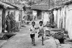 Villaggio nei pressi di Jharia (daniele romagnoli - Tanks for 15 million views) Tags: nikon d810 india jharkhand jharia dhanbad biancoenero bw blackandwhite indien indie indiani indija inde mines coal romagnolidaniele monocromo bambini children villaggio