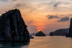 Halong Bay wonderful Sunset (bienve958) Tags: halongbay vietnam qungninh vn sunset landscape seascape sky clouds sun water paisaje islas islands unesco worldheritagesite mar sea silhouettes paradise sudestasia saariysqualitypictures ngc