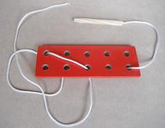 Alinhavo com agulha (zulabrinquedos) Tags: 1 brinquedo brinquedoeducativo brinquedopedaggico brinquedoemmadeira brinquedos brinquedodemadeira brinquedoartesanal jogos jogoseducativos jogosemmadeira jogospedaggicos infantis