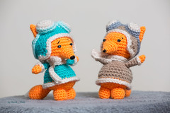 Foxes pilots (Shurik Viola) Tags: lumireartificielle modeleurs parpluieblancphotoflex profotod1air500 sources acquisitionimages personnages clairage artisanat artisan amigurumi amigouroumi animal handmade handwork handcrafted wool shurikviola fox enfant doll cration creation craft crochet child children cuddlytoy red faitmain faitmaison faune toy yarn jouets inside intrieur orange objets laine peluche plush plushies personnage matrieldedivertissement marron mammifres pilot mintcolor mint brown