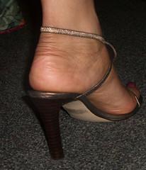 Kina 018 (J.Saenz) Tags: feet foot pies fetichismo podolatras high altos stilleto pieds mujer woman zapatos shoes tacones heels tacos tacchi schuh scarpe shoefetish shoeplay sandals sandalias