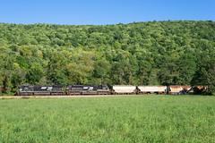 NS H13 @ Lockwood, NY (Mathieu Tremblay) Tags: lockwood newyork unitedstates ns norfolk southern ithaca secondary railroad railway chemin fer train locomotive field ge general electric 8399 c408w d840cw h13 salt local sony a99 sal2470z