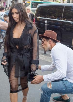 Homem tenta beijar bumbum de Kim Kardashian em Paris