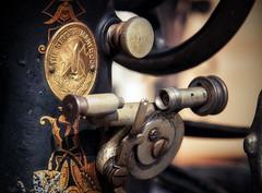 Nostalgie de couture (Bmartel2k) Tags: machinecoudre sewingmachine singer antique nostalgie pass machine dtail detail