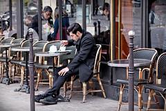 Un th dans un aprs-midi hivernale (Paolo Pizzimenti) Tags: paris film caf 50mm costume paolo cigarette hiver olympus dxo f2 ektachrome zuiko leshalles homme chaussures e5 fumer manteau th pellicule